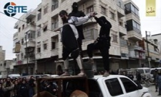 IS Crucifies, Kills Regime Agent in Front of Large Public Gathering in Aleppo