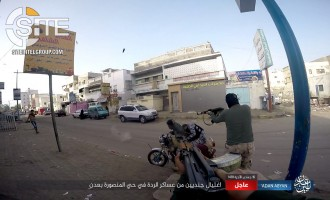 IS Publishes Photos of Assassinating Two Yemeni Soldiers on City Street in Aden in Daylight