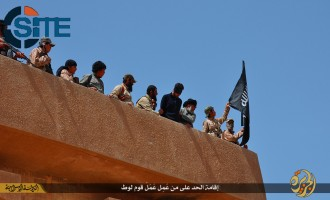 IS Publishes Photo Report on Throwing Man from Building as Punishment for Homosexuality in Baaj